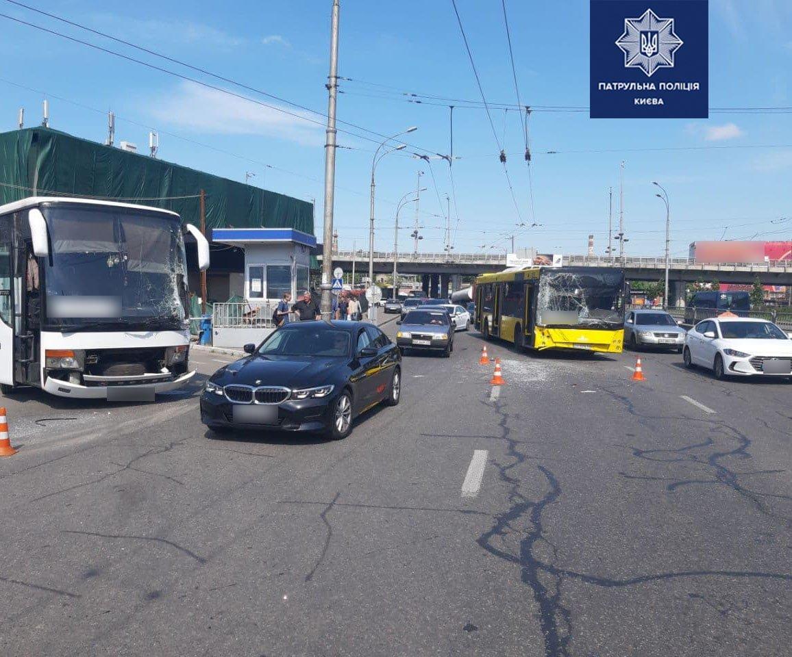 ДТП в Киеве: столкнулись два автобуса, есть пострадавшие