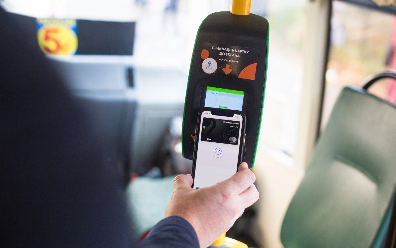оплата проезда с помощью карты на смартфоне, фото: ITC UA