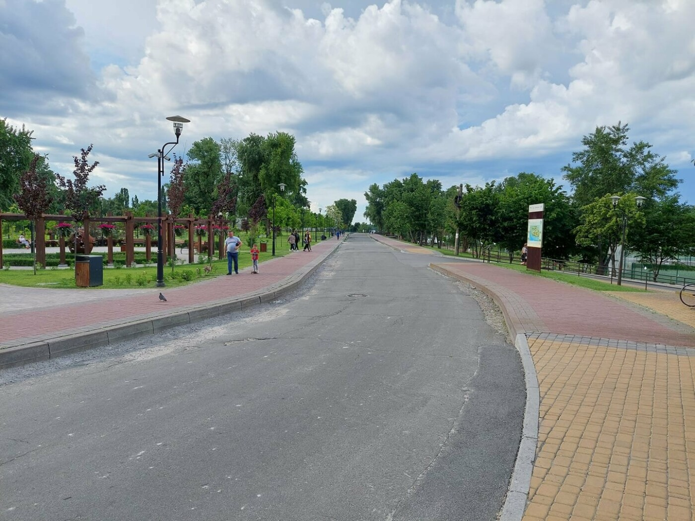 Дорога в парке Наталка, которую хотят отдать под строительную технику, Фото Глеба Антоненко