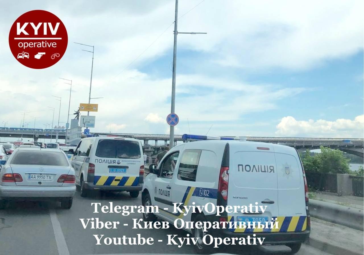 В Киеве остановили транспорт на Южном мосту