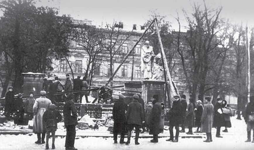 Разрушение монумента, Фото: Мислене Древо