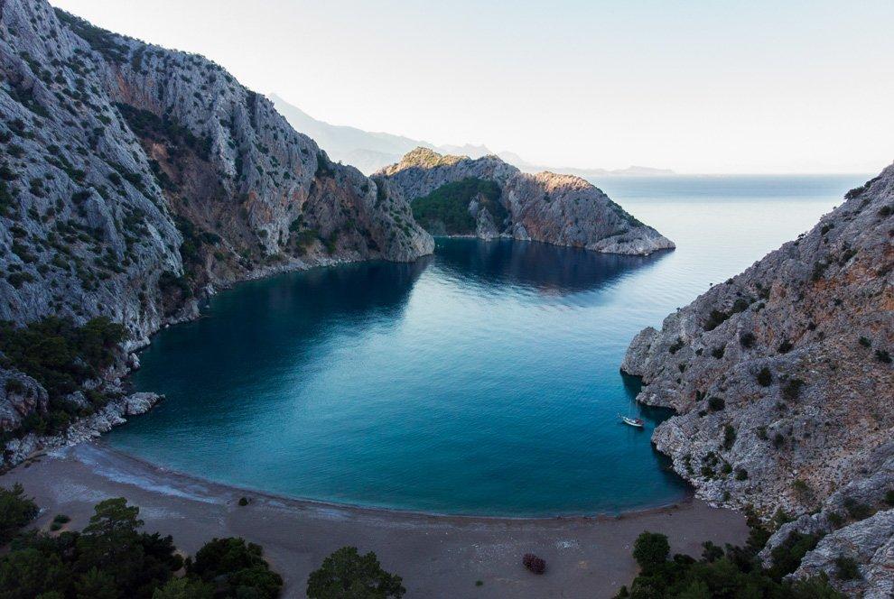 Красивая бухта Сазак, окруженная горами, Фото из открытых источников