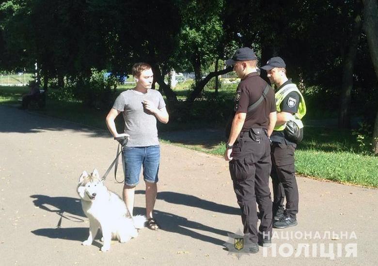 полицейские фиксируют нарушения правил выгула животных, Фото: Полиция Киева