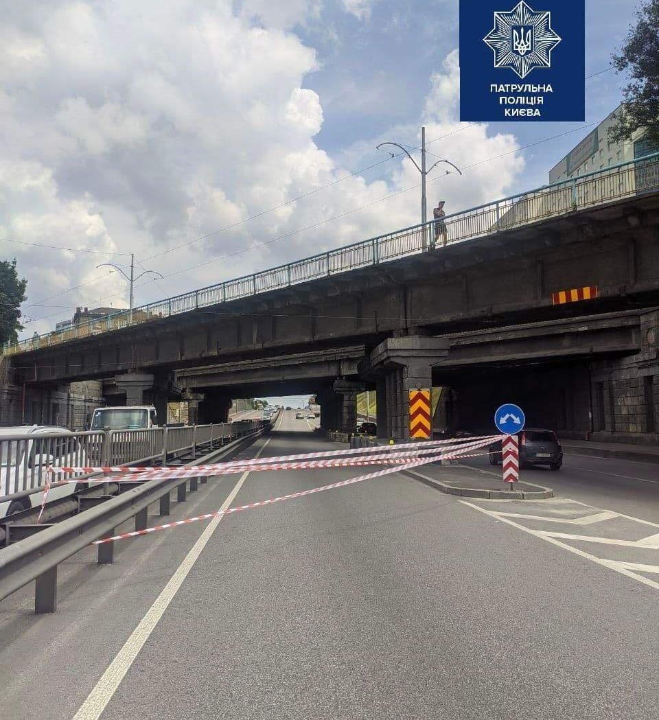 В Киеве отвалилась часть от Берестейского путепровода, Патрульная полиция Киева
