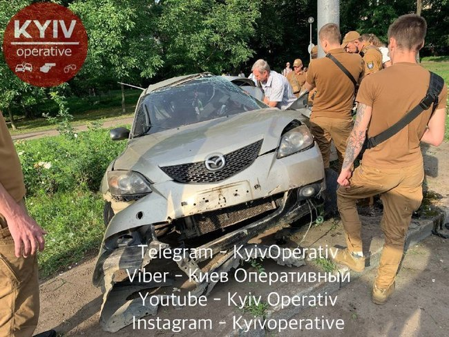 В Киеве произошло серьёзное ДТП. Машина разбита, водитель в реанимации, Фото: Киев Оперативный