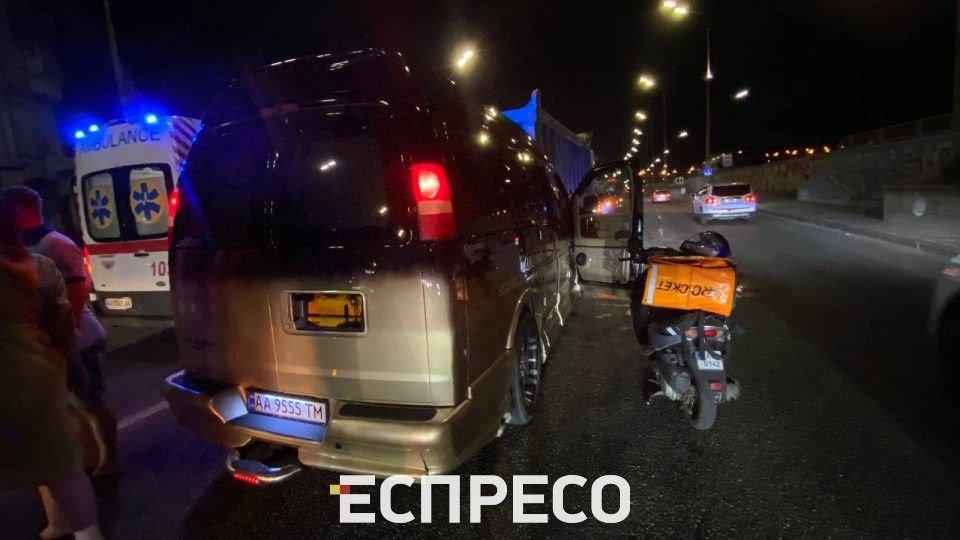 Автомобиль столкнулся с самосвалом в Киеве