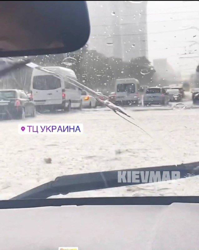 "Из-за дождя затопило дорогу возле ТЦ ""Украина"", Скриншот из видео ""KIEVMAP"""