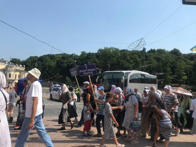 Паломники поднимаются на Владимирскую горку