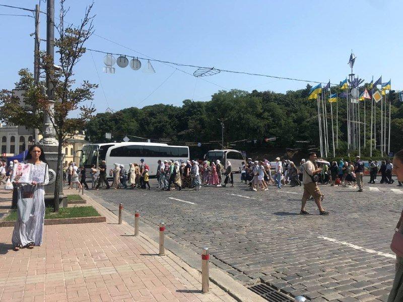 Тысячи людей принимают участие в празднованиях