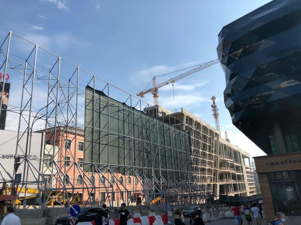 """Вокруг здания с """"летающей тарелкой"""" на Лыбедской установили огромный строительный забор, Фото: Nadia Sazonova"""