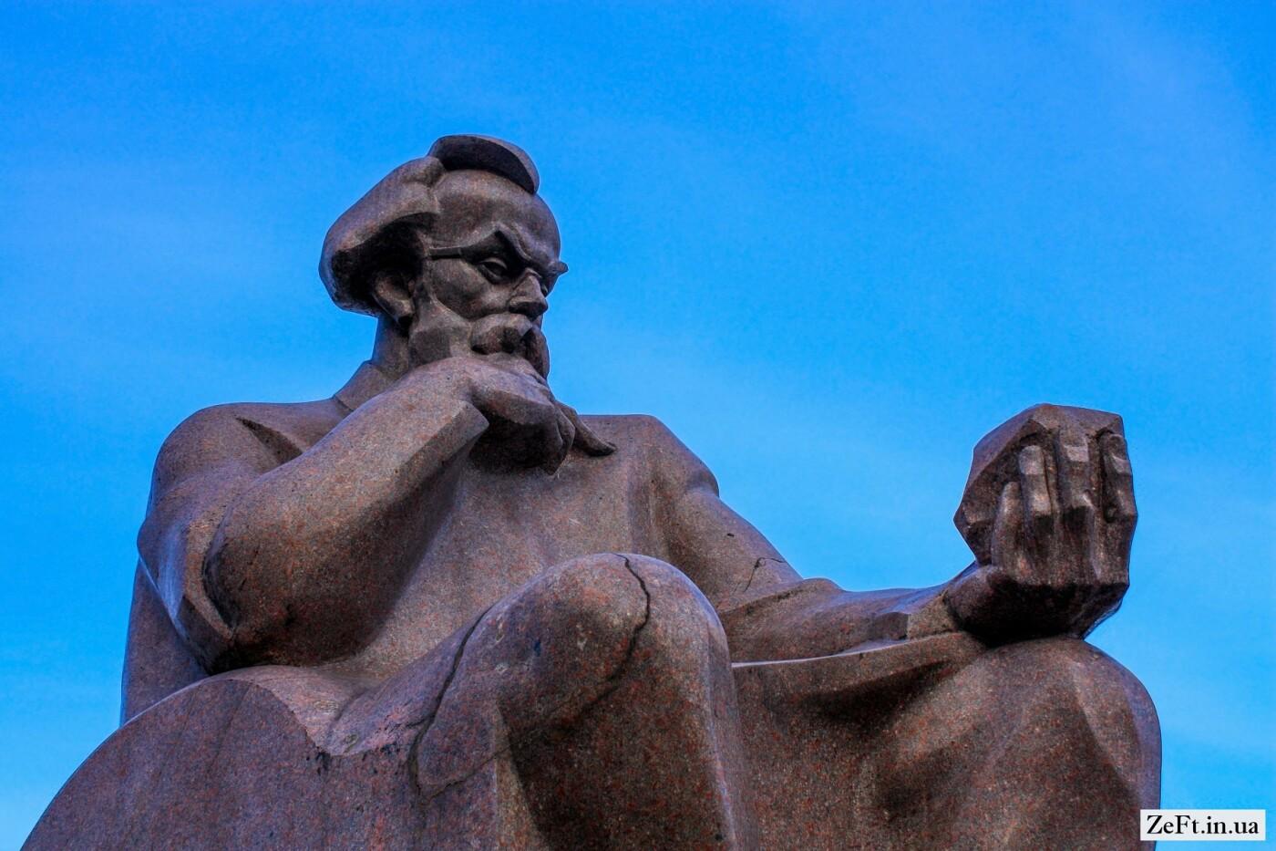 Памятник Владимиру Вернадскому в Киеве, Фото: Zeft