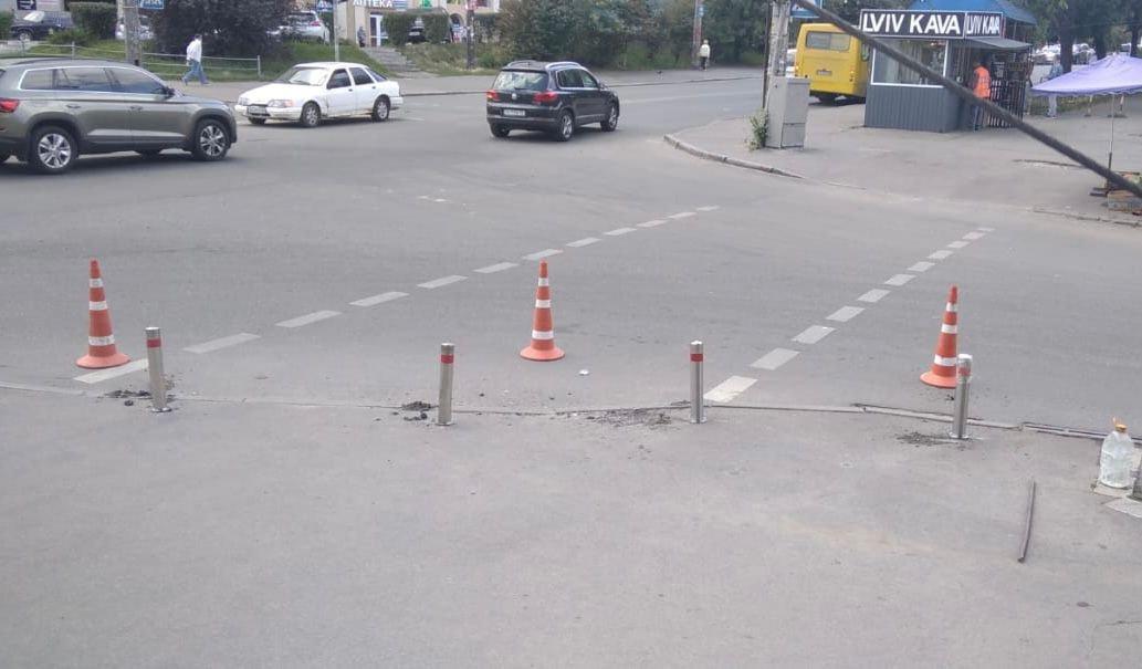 Чтобы не бросали на тротуарах: на Соломенке установили антипарковочные столбики, - ФОТО, фото-2