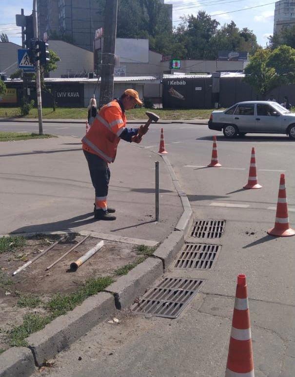 Чтобы не бросали на тротуарах: на Соломенке установили антипарковочные столбики, - ФОТО, фото-3