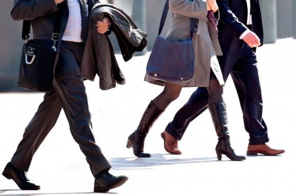 Люди идут пешком на работу