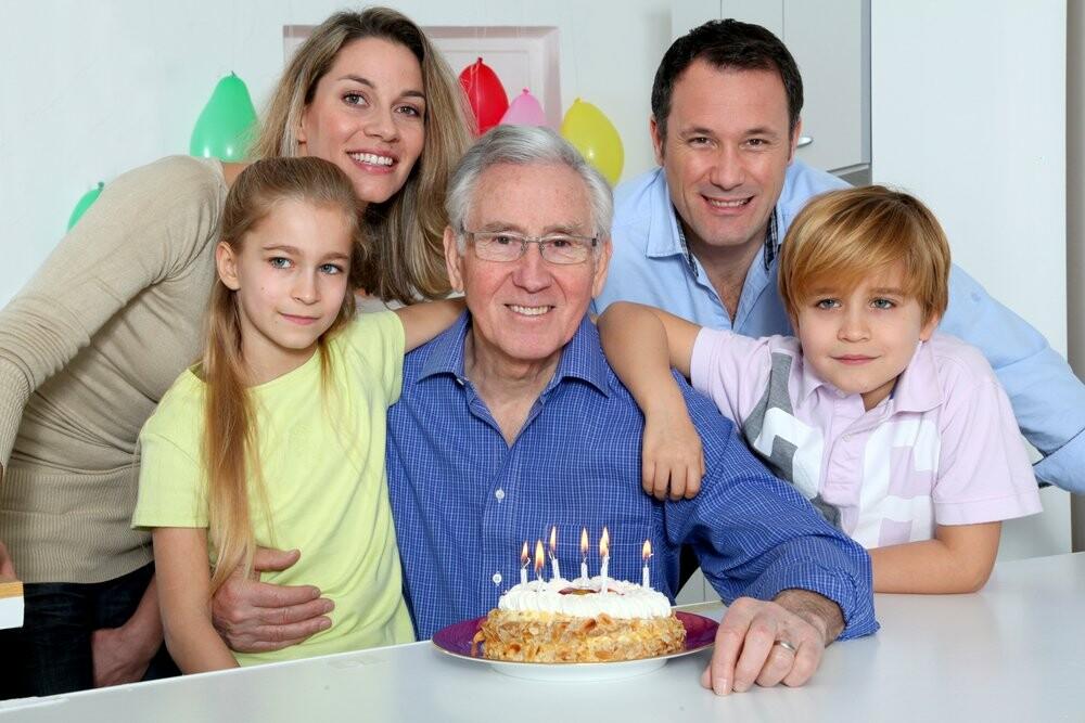 дети с внуками поздравляют дедушку с днем рождения