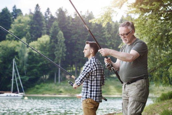 пожилой мужчина с сыном на рыбалке