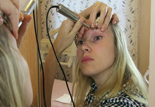 девушка самой себе делает татуаж бровей